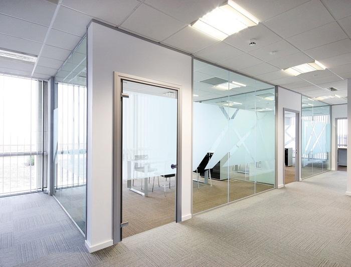 Thiết kế văn phòng theo khuynh hướng lắp vách kính lớn và sử dụng rèm để tạo sự thông thái khi cần.