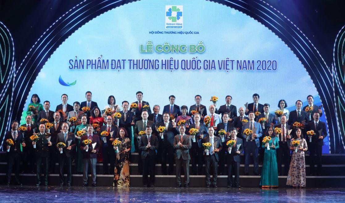 Bộ trưởng Trần Tuấn Anh và Thứ trưởng Bộ Ngoại giao Nguyễn Minh Vũ trao biểu trưng THQG cho doanh nghiệp